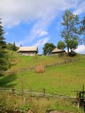Дом в деревне на зеленом холме Стоковое Изображение RF