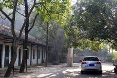 Дом в деревне и автомобиль Стоковая Фотография RF