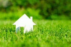 Дом в зеленом поле Стоковая Фотография
