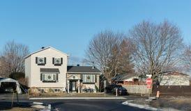 Дом в Монреале, Канаде против голубого неба, стоковое изображение rf