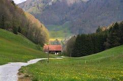 Дом в объятии горы стоковая фотография rf