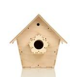 Дом вложенности птицы сделанный из изолированной древесины Стоковые Фото