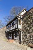 Дом вдоль средневековой стены города, Нойбранденбург Wiek, Mecklen Стоковая Фотография RF