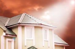 Дом в пасмурной погоде Рэй света падая на дом Стоковое фото RF