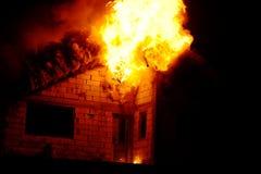 Дом в пожаре стоковое фото rf