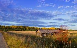 Дом в поле около дороги Стоковые Изображения