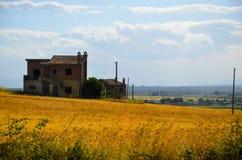 Дом в поле Стоковые Изображения RF