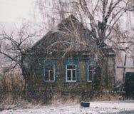 Дом в русской деревне в зиме стоковое фото rf