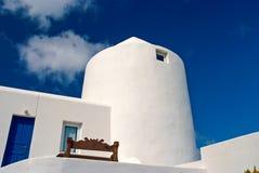 Дом в Mykonos, Греции Побеленное здание на солнечном голубом небе Типичные архитектура и дизайн дома каникула территории лета kat стоковые фотографии rf