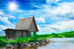 дом голубого свободного полета сказовая любит около старое одичалого Стоковая Фотография