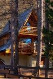 Дом горы захода солнца в лесе стоковые изображения rf
