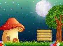 Дом гриба и яркая луна на лесе Стоковые Фотографии RF
