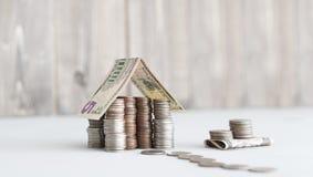 Дом денег нас монетки центов стоковое фото rf