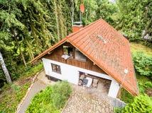 Дом для семьи в лесе, воздушное фото Стоковое Изображение
