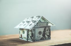 Дом долларов на деревянной предпосылке Стоковая Фотография RF
