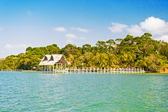 Дом древесины и травы на тропическом пляже в Гватемале, tomas santo Хата на береге моря на солнечном голубом небе каникула террит стоковая фотография rf