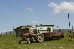 Дом деревни с трактором Стоковые Фотографии RF