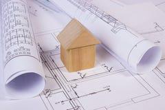 Дом деревянных блоков и кренов диаграмм на чертеже конструкции дома Стоковая Фотография