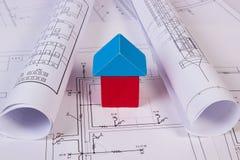 Дом деревянных блоков и кренов диаграмм на чертеже конструкции дома Стоковое фото RF