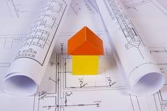 Дом деревянных блоков и кренов диаграмм на чертеже конструкции дома Стоковое Изображение RF