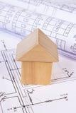 Дом деревянных блоков и кренов диаграмм на чертеже конструкции дома Стоковые Изображения