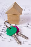 Дом деревянных блоков и ключей на чертеже конструкции дома, концепции дома здания Стоковые Изображения RF