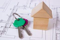 Дом деревянных блоков и ключей на чертеже конструкции дома, концепции дома здания Стоковое Изображение
