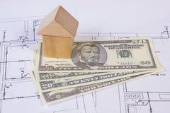 Дом деревянных блоков и доллара на чертеже конструкции, концепции валют дома здания Стоковое Изображение RF