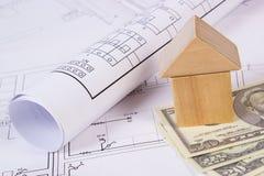 Дом деревянных блоков и доллара на чертеже конструкции, концепции валют дома здания Стоковая Фотография