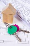Дом деревянных блоков, кренов диаграмм и ключей на чертеже конструкции дома Стоковая Фотография