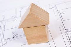 Дом деревянных блоков на чертеже конструкции дома, концепции дома здания Стоковые Фотографии RF