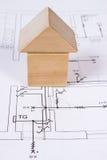 Дом деревянных блоков на чертеже конструкции дома, концепции дома здания Стоковое фото RF