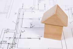 Дом деревянных блоков на чертеже конструкции дома, концепции дома здания Стоковые Фото
