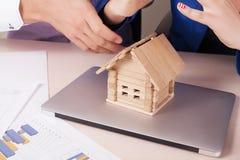 Дом Защитите вашу концепцию дома стоковые фотографии rf