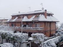 Дом здания под дневним временем снежностей Стоковые Изображения RF