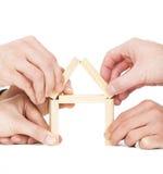 Дом здания руки бизнесмена деревянным блоком Стоковое Изображение