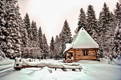 Дом зимы в горах стоковое изображение