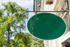 Дом знака магазина смертной казни через повешение утюга зеленого цвета старого стиля нанесённый стоковая фотография rf