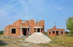Дом здания - процесс конструкции Процесс жилищного строительства конструкция кирпичей кладя outdoors место Стоковое Изображение