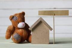 Дом игрушки и доска знака Стоковая Фотография RF