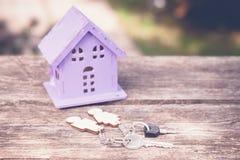 Дом игрушки и ключи к нему Стоковое Изображение