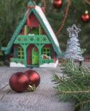 Дом игрушки с украшением рождества в фронте Предпосылка и украшения рождества Стоковое фото RF
