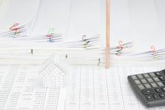 Дом имеет вертикаль места карандаша с кучей шага обработки документов Стоковая Фотография