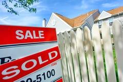 дом имущества около реального проданного знака сбывания всадника Стоковое фото RF