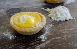 , дом-испеченная цель лимона увиденная на таблице с сахаром замороженности и мука Стоковое Фото