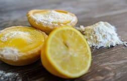 Дом-испеченные пироги лимона увиденные на таблице с сахаром и мукой замороженности Стоковое Изображение RF