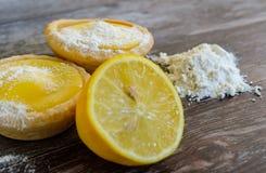Дом-испеченные пироги лимона увиденные на таблице с сахаром и мукой замороженности Стоковая Фотография
