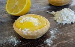 Дом-испеченные пироги лимона увиденные на таблице с сахаром и мукой замороженности Стоковая Фотография RF