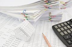 Дом и калькулятор с местом карандаша на учете финансов Стоковые Фото