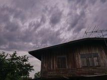 Дом и небо стоковые изображения rf